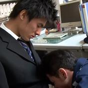 【ゲイ動画】疲れて眠ってしまったイケメンスーツリーマン。見回りに来た警備員がよからぬことを考えレイプしようとするが・・・
