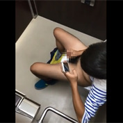 【無修正 ゲイ動画】中学生っぽい男の子が個室トイレでこっそりオナニーしているのをスマホカメラで盗撮成功
