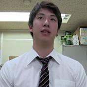 【ゲイ動画】スーツの似合いっぷりが半端ない、長身でイケメンでノンケの爽やかリーマンのアナル初体験ドキュメント!