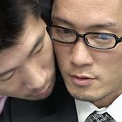 残業中のサラリーマン二人…一緒に仕事をする中で徐々に顔が近づき、そのままオフィスでアナルセックス!