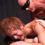 女とセックス中のノンケイケメンの背後にゲイマッチョがあらわれバックからガン掘りする女男男の3P