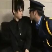 万引きで警察に通報されたイケメン高校生、警官と店長に脅され3Pでアナル掘り乳首責めで快楽に顔を歪める