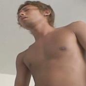 競パン姿の褐色イケメン君が濃厚フェラチオ!自分で手コキオナニーして男にぶっかけちゃうw