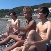 海水浴へやって来たイケメン3人!帰りの車の中でエッチを始めて…