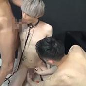 首輪を付けられたイケメン性奴隷が男二人に性処理させられちゃう!