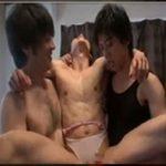 狭い浴室で愛撫し合ったり3人で絡み合うイケメンたち!