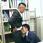 イケメン社員がオフィスでしゃぶり合い机の上で激しくセックス!